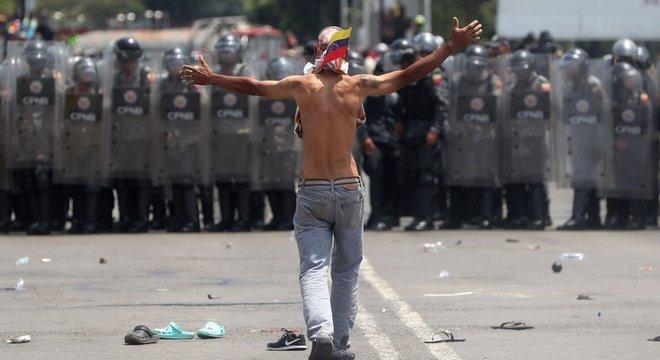 A polícia venezuelana impediu os carregamentos de ajuda humanitária de cruzar a Ponte Internacional Simón Bolívar