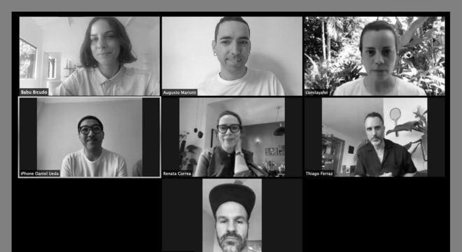 Profissionais criativos unidos em projeto colaborativo