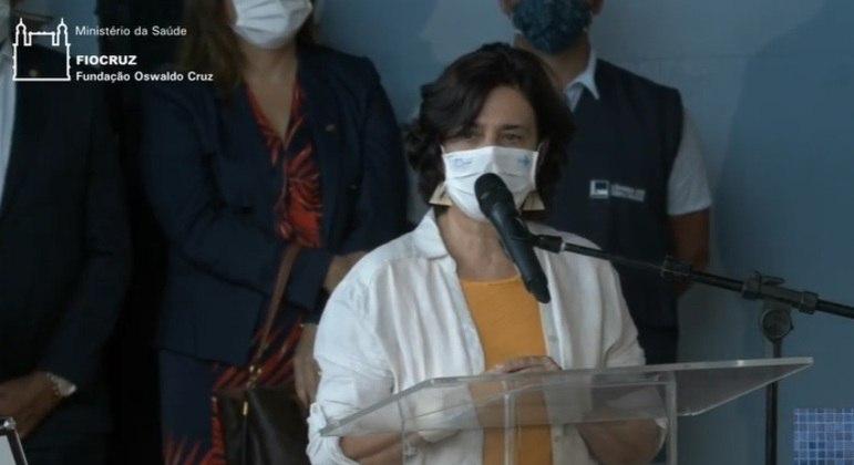 A presidente da Fiocruz, Nísia Trindade, no início da vacinação com o imunizante da AstraZeneca
