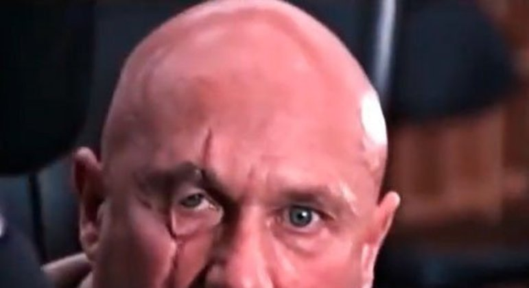 A primeira aparição (em filme) do arqui inimigo de Bond. Antes aparecendo nas sombras e manipulando Spectre por vários filmes, Blofeld enfim se revela para Bond, com sua famosa cicatriz no olho.