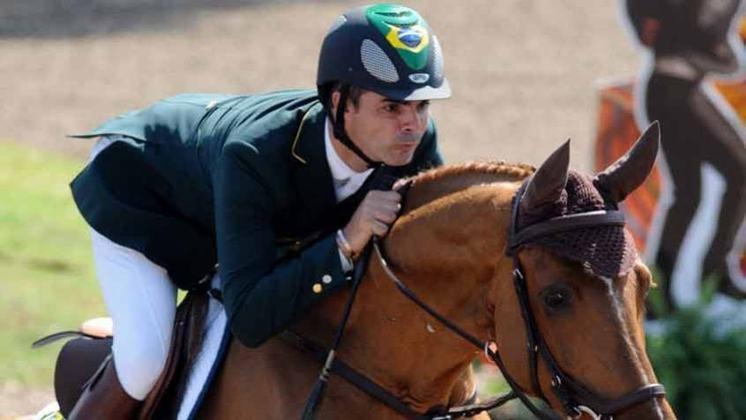 A primeira medalha de ouro da história do hispimo olímpico brasileiro deu-se nos Jogos de Atenas, na Grécia, em 2004, com Rodrigo Pessoa nos saltos. Até hoje, é um feito único.