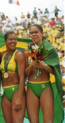 A primeira medalha de ouro olímpica da história do vôlei de praia brasileiro aconteceu nos Jogos de Atlanta, nos Estados Unidos, em 1996. Ela foi obra da dupla Jaqueline e Sandra.