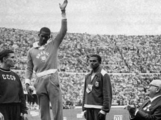 A primeira medalha de ouro olímpica do atletismo brasileiro foi conquistada por Adhemar Ferreira da Silva, no salto triplo, nos Jogos de 1952, em Helsinque (FIN). Em 1956, ele seria bicampeão.
