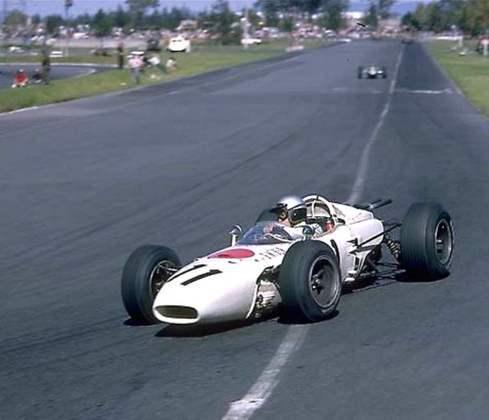A primeira vitória da Honda na Fórmula 1 chegou no GP do México de 1965, com um carro comandado por Richie Ginther