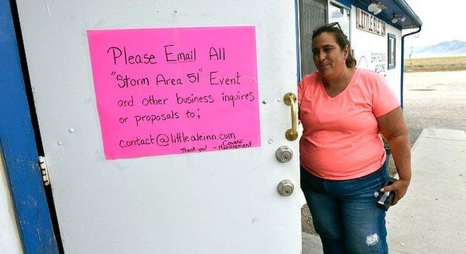 Connie West, proprietária do hotel Little A'Le'Inn, disse que não há como impedir que o festival Alienstock aconteça