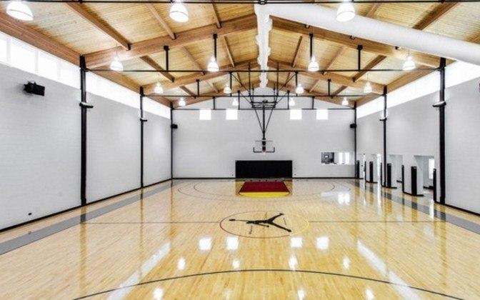 A quadra de basquete particular e personalizada não poderia faltar. Aliás, Jordan construiu a casa do zero e colocou vários dos seus hobbies por ali, como cinema.