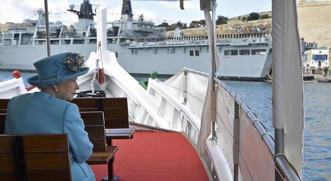 A Rainha Elizabeth II a bordo de um barco em Malta