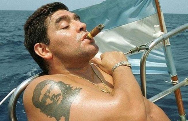 A relação de Maradona com figuras icônicas sempre foi motivo de polêmicas. O jogador tinha uma tatuagem de Che Guevara, o revolucionário argentino responsável pela Revolução em Cuba e em outros países. O camisa 10 nunca escondeu sua idolatria pelo compatriota