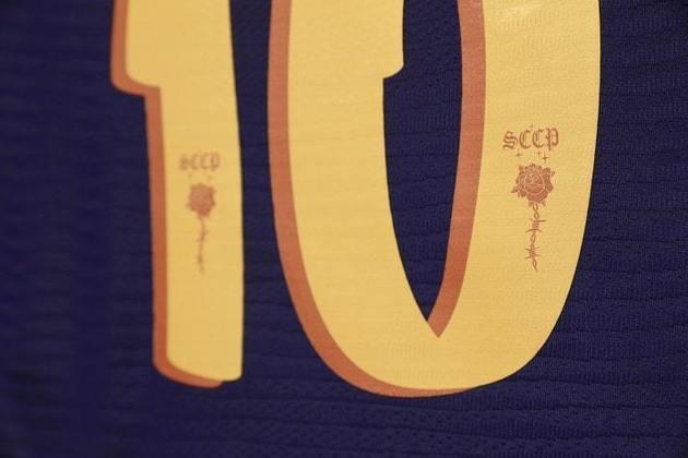 A rosa no design dos números foi desenvolvida especialmente pela artista Kari Rodrigues.