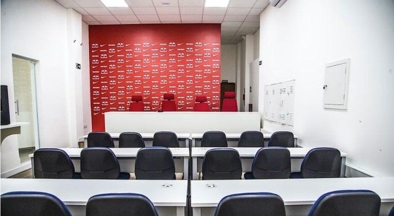 A sala de imprensa também foi reformada. A sala comporta até 30 pessoas (18 sentadas), mas está fechada devido a pandemia, sem a presença de jornalistas.