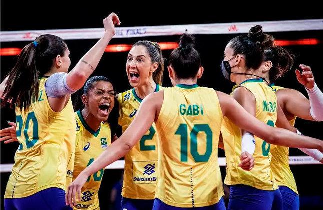 A Seleção feminina de vôlei encara a Sérvia, às 4h25. O Brasil tem 100% após três vitórias e está praticamente garantido no mata-mata.