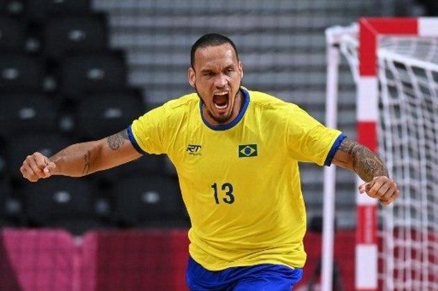 A Seleção masculina de handebol encara a Espanha, pela terceira rodada da fase de grupos. O Brasil tem duas derrotas, mas ainda pode se classificar. A bola sobe às 7h30.