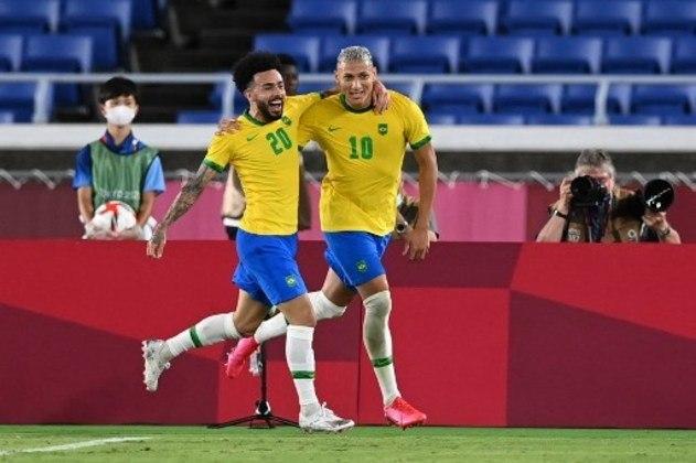A seleção masculina seguiu os passos da feminina e estreou bem na Olimpíada. Com três gols de Richarlison, o Brasil venceu a Alemanha por 3 a 2, na reedição da final olímpica de 2016. Apesar do susto no fim e do placar apertado, a Seleção Brasileira criou muitas chances, mas pecou na pontaria e perdeu a chance de golear na estreia.