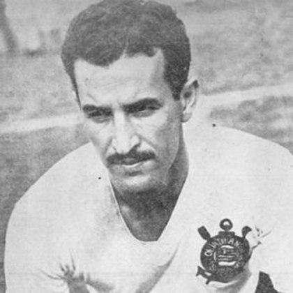 A sétima posição é de Cláudio, atacante considerado um dos melhores do futebol brasileiro nas décadas de 40 e 50. Pelo Timão, Cláudio disputou 550 jogos e marcou 305 gols.