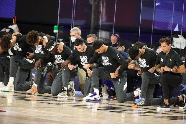 A temporada da NBA recomeçou com mais do que grandes jogadas: antes do primeiro jogo da noite, atletas de New Orleans Pelicans e Utah Jazz ajoelharam-se durante o hino dos EUA em apoio ao movimento Black Lives Matter (Vidas Negras Importam), na luta contra a brutalidade racial e injustiça social