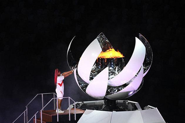 A tenista japonesa Naomi Osaka, a primeira a conquistar um Grand Slam, acendeu a pira olímpica.