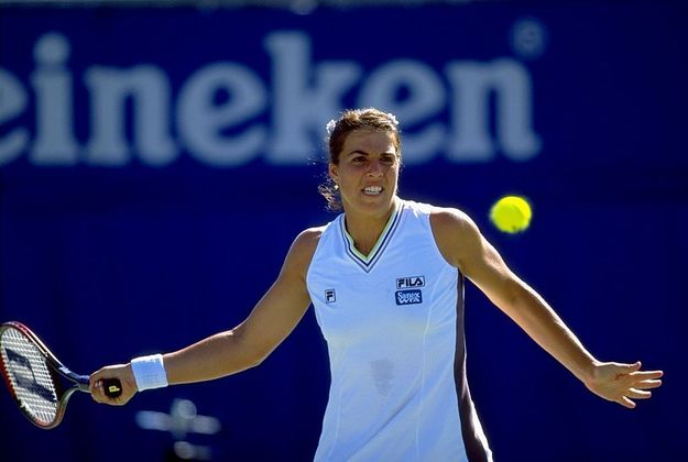 A tenista norte-americana Jennifer Capriati, dona da medalha de ouro de simples nos Jogos Olímpicos de Barcelona 1992, venceu a categoria feminina do Prêmio Laureus no ano de 2002