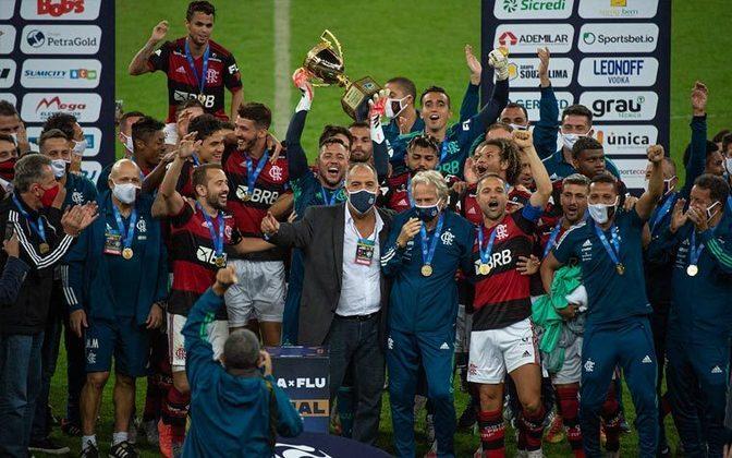 A terceira taça erguida pelo Rubro-Negro em 2020 foi a do Campeonato Carioca, no qual o Flamengo venceu o Fluminense duas vezes: 2 a 1 e 1 a 0.