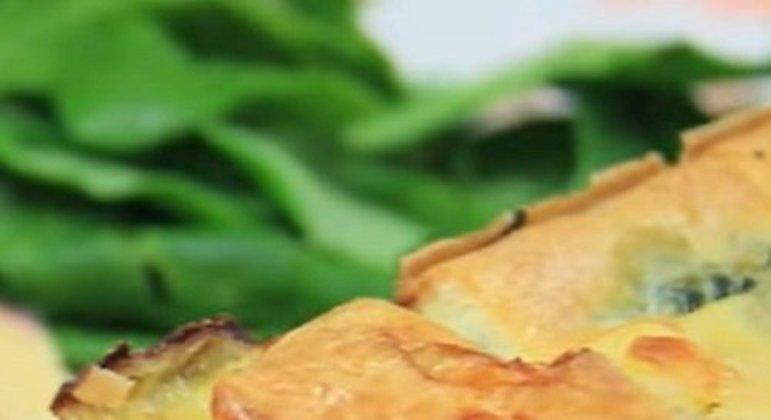 A torta de espinafre é uma ótima opção para quem quer comer mais saudável e/ou para quem é ovolactovegetariano, já que não tem ingredientes com carne animal.