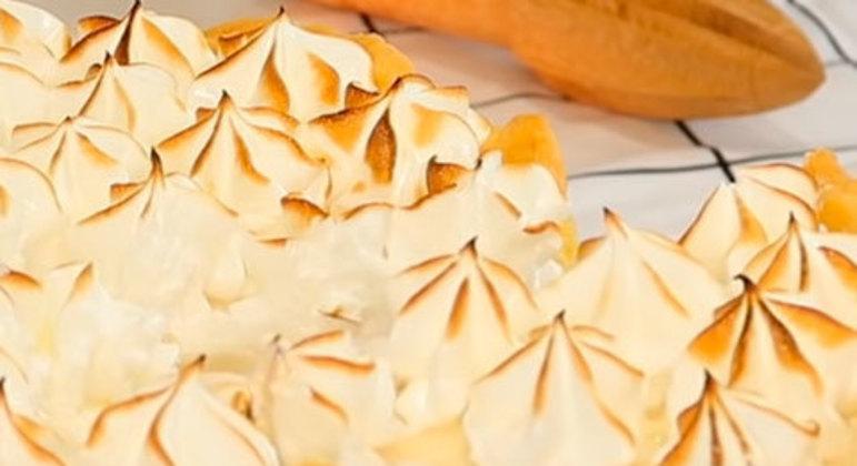 A tradicional e já conhecida torta de limão leva basicamente leite condensado, biscoito tipo maisena, raspas de limão, suco de limão e um pote de sorvete de creme.