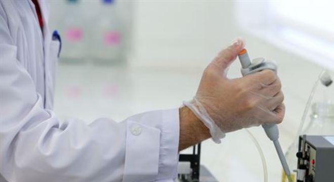 A vacinação de pessoas durante a fase 1 dos testes clínicos, bem como o recrutamento de voluntários para a fase 2 dos testes, começaram em 9 de abril