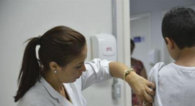 A vacinação é preventiva, sendo antecipada para os moradores do Condomínio Alvorada, em Aldeia. Na região foram encontrados 14 saguis mortos nesta semana