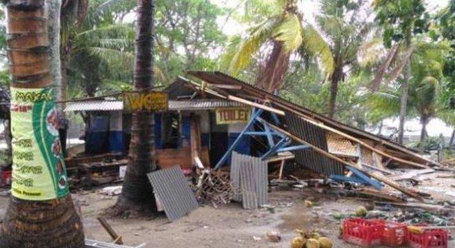 A loja de Rudi foi parcialmente destruída pelo tsunami