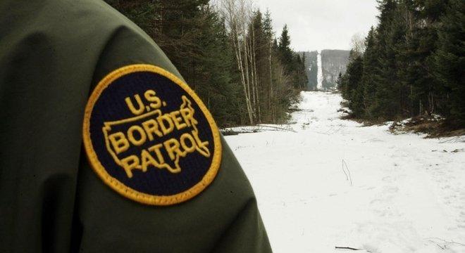 A fronteira entre Estados Unidos e Canadá tem limites que são pouco visíveis à noite