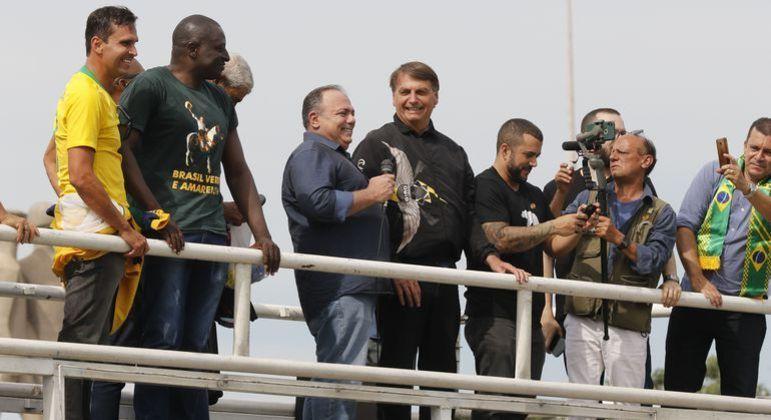 Pazuello ao lado de Bolsonaro em evento no Rio de Janeiro neste domingo (23)