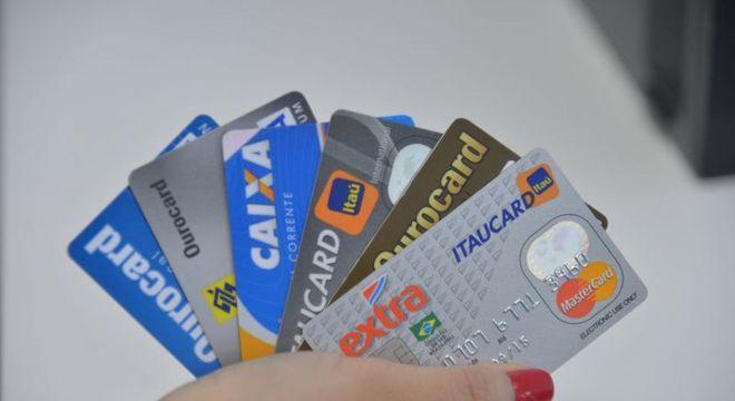 Cartões de crédito e débito; mercado cresceu 18% no primeiro semestre