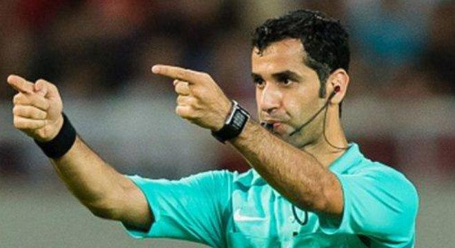 O árbitro Al Jassim e o gesto do VAR
