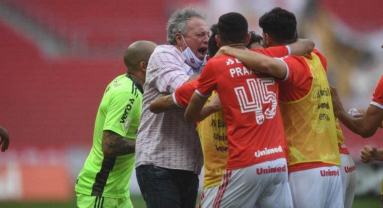 Abel  comemora com seus jogadores do Internacional. Seu time pode ser campeão domingo