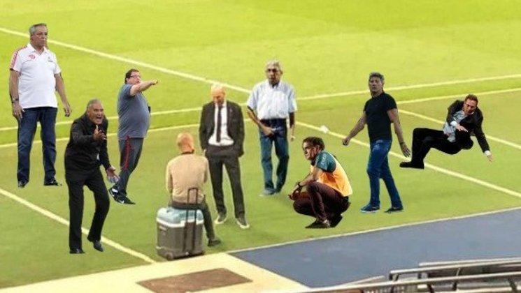 Abel Braga foi mais um a participar da resenha com os treinadores. Tite, dessa vez em pé, também passava instruções.