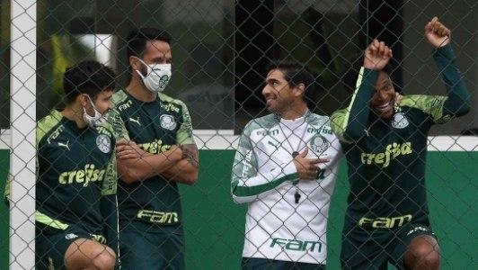 Abel Ferreira já se enturmando com os jogadores do Palmeiras. Precisa de apoio