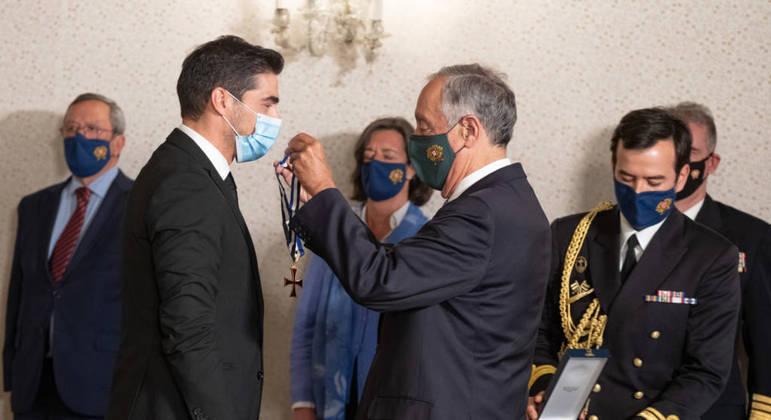 Orgulhoso, Abel recebe a condecoração do presidente de Portugal, Marcelo Rebelo