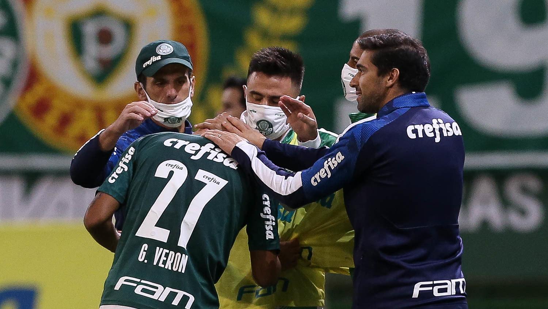 O português fez questão de comemorar o gol de Veron. Proximidade dos jogadores