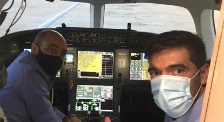 Abel Ferreira celebra viagem a Portugal. No avião particular de Leila Pereira