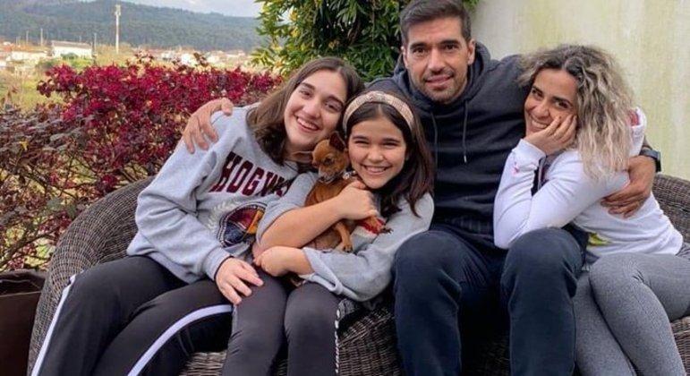 Abel Ferreira e a família, na cidade do Porto. Viagem graças à bilionária patrocinadora