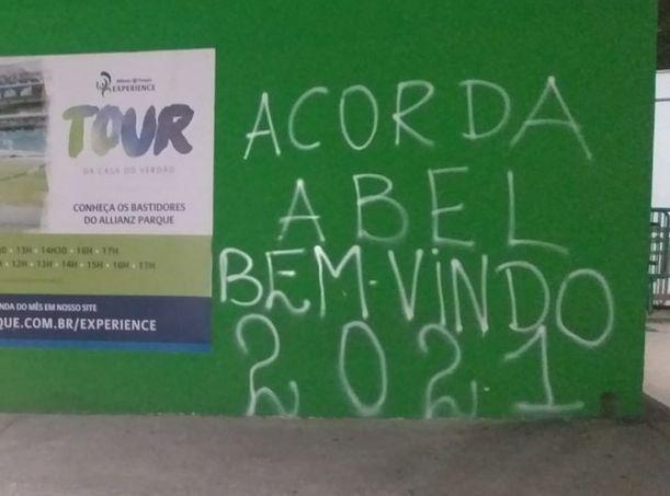 """Abel Ferreira. A pichação que irritou o treinador palmeirense. """"Covardes"""""""