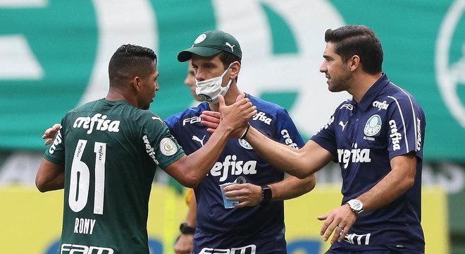 Abel Ferreira celebra com Rony. Treinador descobriu onde o atacante rende mais