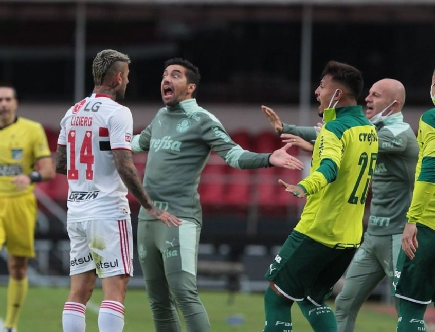 Abel Ferreira peitando Liziero. Atitude lamentável do treinador. Seria expulso na Europa