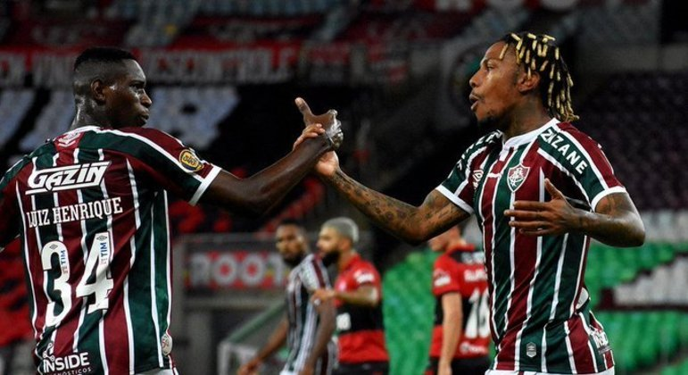 Abel Hernández marcou, depois de ajeitada de Luiz Henrique. Ambos festejam