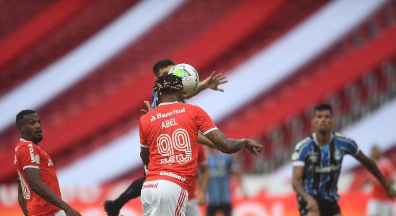 Abel Hernández cabeceia para as redes. O empate no Grenal, aos 44 minutos do segundo tempo
