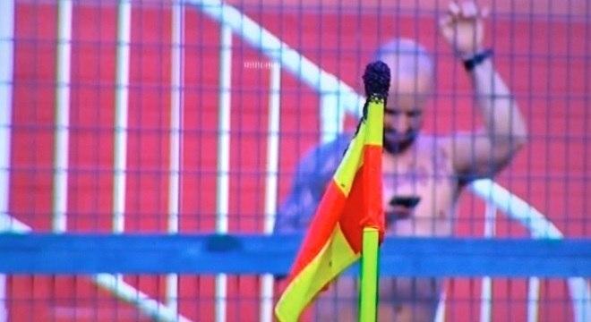 Insetos tomaram bandeira de escanteio durante jogo no Pacaembu