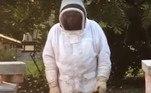 Ele também explicou que elas estavam calmas por estarem cheias de mel. Todas foram devidamente realocadas em colmeias vazias após a invasãoJá outra colmeia não teve a mesma sorte e viu cerca de 30 mil abelhas serem decepadas por vespas gigantes. Confira a seguir!