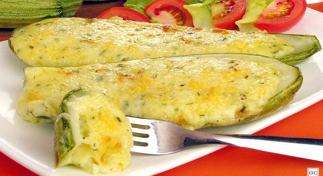 Abobrinha recheada ao três queijos