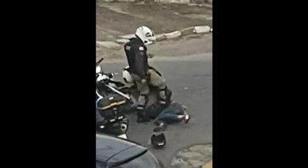 Policiais teriam chutado o suspeito na abordagem