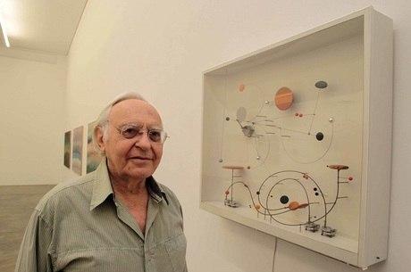 Abraham Palatnik ao lado de suas obra, em SP