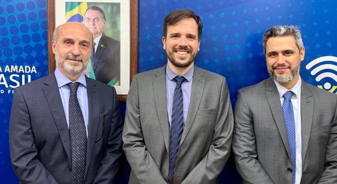 Presidente da Abratel, Márcio Novaes, conselheiro empossado, Carlos Manuel Baigorri, e o presidente da Anatel, Leonardo Euler
