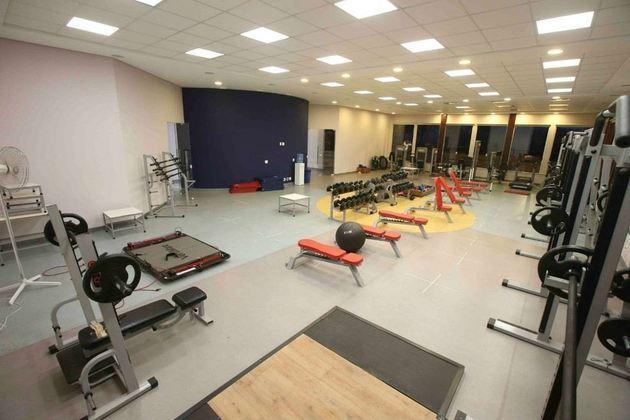 Academia do centro de treinamento, que conta com muitos equipamentos de ponta.